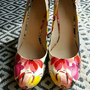 NINE WEST 'Ambitious' patent floral pumps 10M